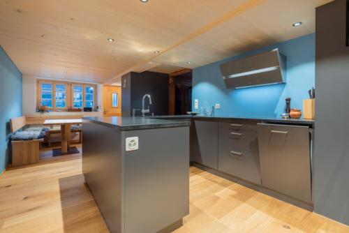 Umbau historische Wohnung in Ernen moderne Küche auf Mass einbauen