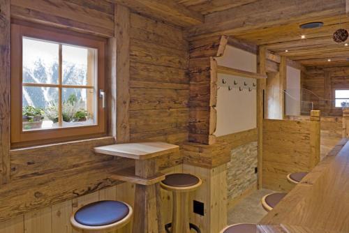 Umbau Bar Gadebar aus altem Stall  Fenster