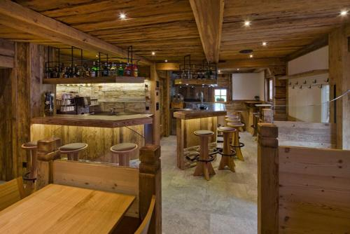 Umbau Bar Gadebar aus altem Stall Theke