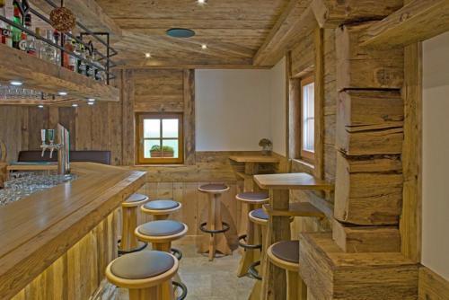Umbau Bar Gadebar aus altem Stall Theke und Tische