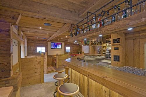 Umbau Bar Gadebar aus altem Stall Tresen