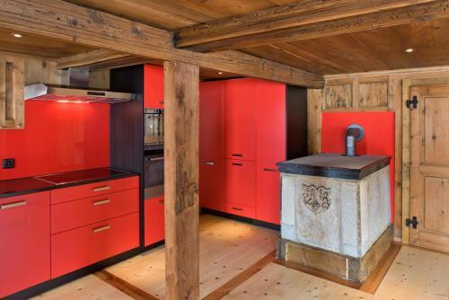 Küche modern mit Altholz