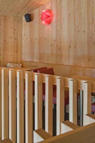 Neubau Innenausbau Restaurant White Rabbit in Bellwald Detail Holzgeländer