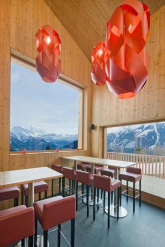 Neubau Innenausbau Restaurant White Rabbit in Bellwald Holzfenster Holztische Ausblick