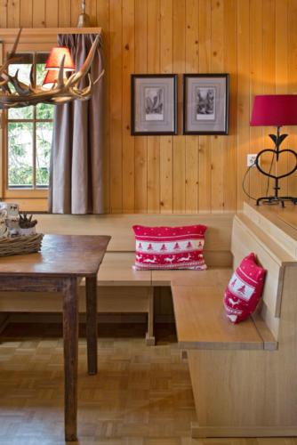 Umbau Chalet in Bellwald Essecke mit Holztisch