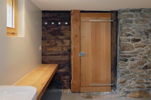 Umbau altes Walliser Haus Badezimmertüre