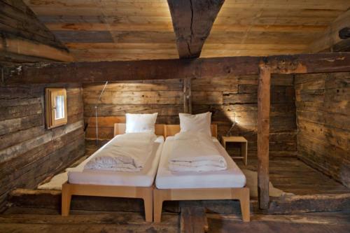 Umbau altes Walliser Haus Schalfzimmer und Holzbett