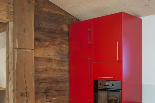 Umbau historisches Walliser Haus in Bellwald Altholz und rote Küche