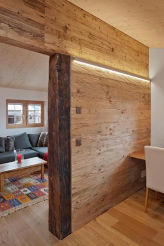 Umbau historisches Walliser Haus in Bellwald Detail Trennwand Wohnzimmer