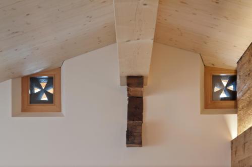 Umbau historisches Walliser Haus in Bellwald Holzfenster und Deckengestaltung