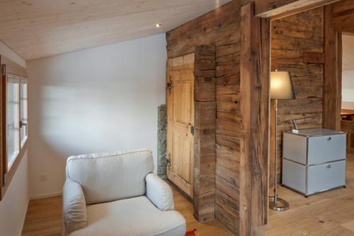 Umbau historisches Walliser Haus in Bellwald Sitzecke mit alter Holztüre