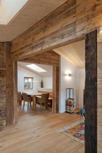 Umbau historisches Walliser Haus in Bellwald Wohn-Essraum