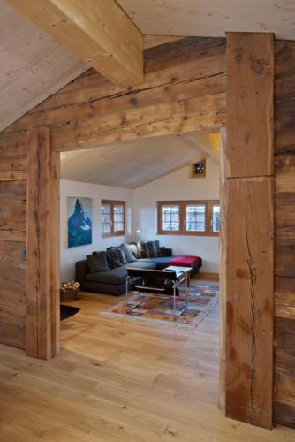 Umbau historisches Walliser Haus in Bellwald Wohnraum mit Altholz und modernen Möbeln