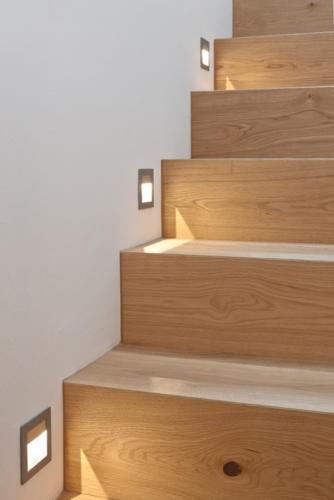 Umbau historisches Walliser Haus in Bellwald indirekt beleuchtete Holztreppe